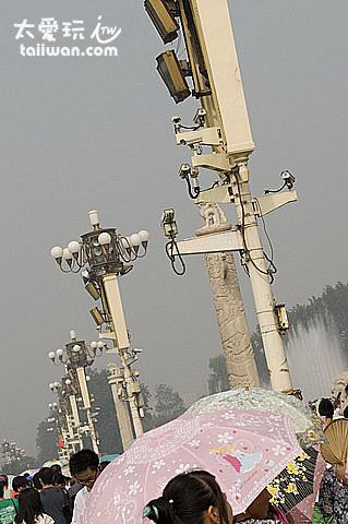 每根燈柱上都還有監視器