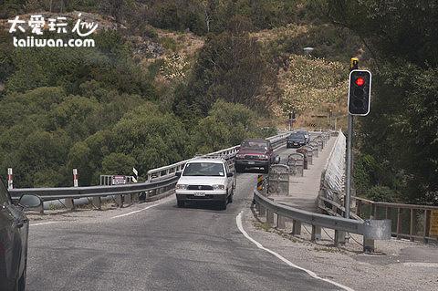 沿路的橋樑都是單向的喔!