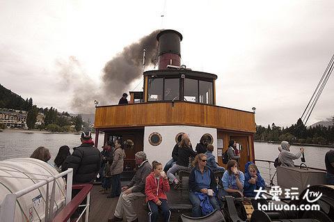 冒著黑煙的燒媒船