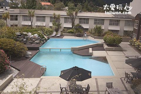 飯店泳池...12度誰游阿?