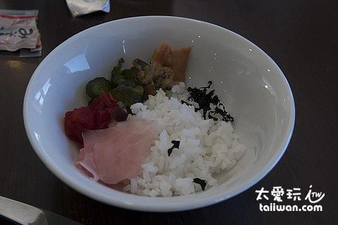 白飯、超鹹醬瓜、海帶與味曾