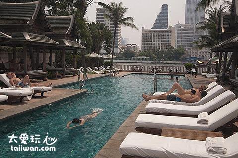半島酒店泳池