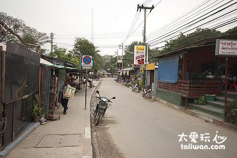 小镇走到Saikaew约10~20分钟,这一路就是全岛最热闹的地方,尤其快到海滩前的这段路有许多的超便宜住宿