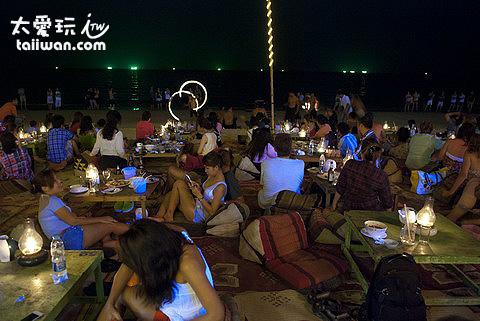 Ploy Talay Restaurant坐在沙灘上