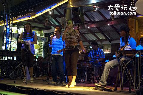 Ploy Talay Restaurant的樂團Live演唱
