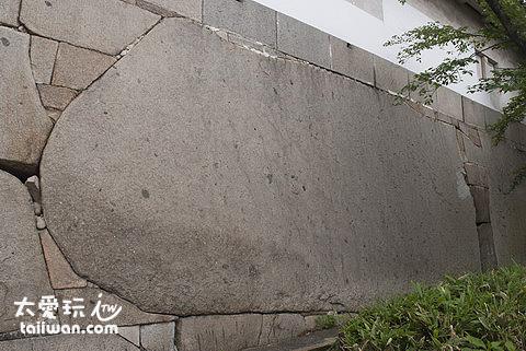 大阪城大手門後的巨石