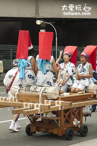 小朋友穿著傳統服裝在馬路上遊行