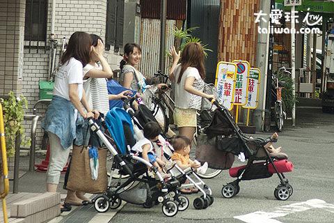 日本年輕媽媽推著娃娃車聚在一起