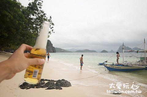 來罐啤酒享受午後的美麗海灘