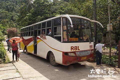 愛妮鎮當地人搭的巴士