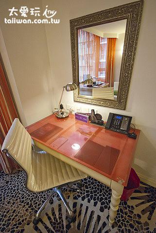 古典造型桌身搭上玻璃桌面