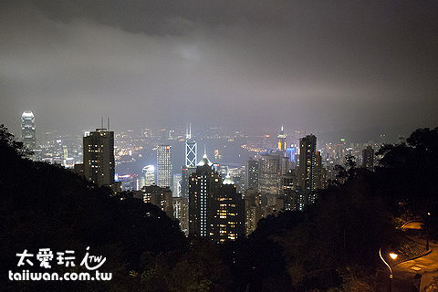 建築物外的香港夜景被山擋住