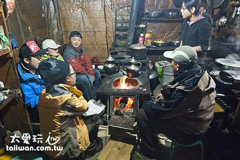 冰湖之家廚房烤火中