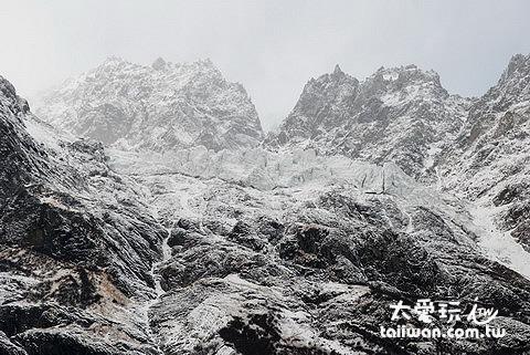 小兒峰上的積雪感覺隨時可能崩下