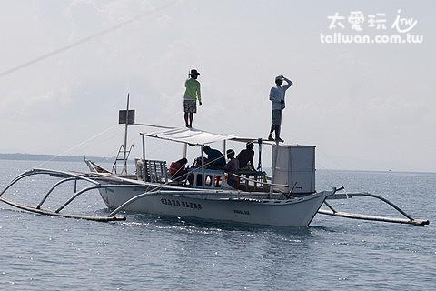 觀察員站在船上的最高點俯瞰海平面