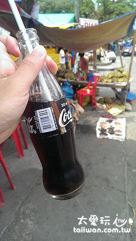小罐的可樂曲線瓶一瓶才台幣10塊