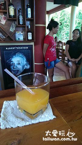 吧台喝酒享度假