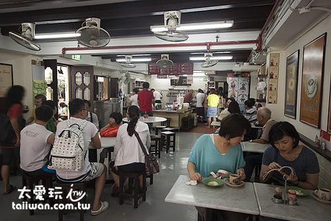 亞坤咖椰吐司店滿滿的人
