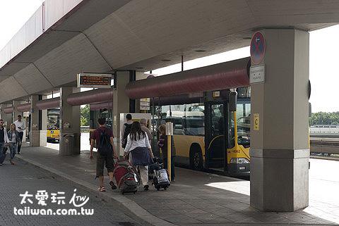 柏林機場外的巴士站