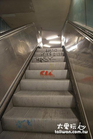 連地鐵站的電扶梯都能塗鴉!這些人真的很厲害!