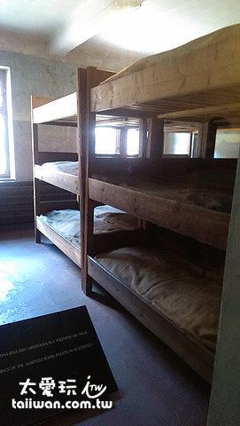 一張小床要睡兩個人