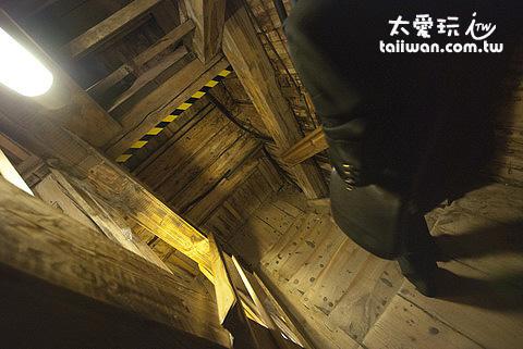沿著木造樓梯迴旋下樓