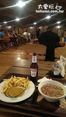 一盤肉排、一碗香腸湯、一罐啤酒總共31Pl