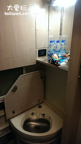 有簡單的洗手台可以刷牙,還送盥洗用具、餅乾跟礦泉水