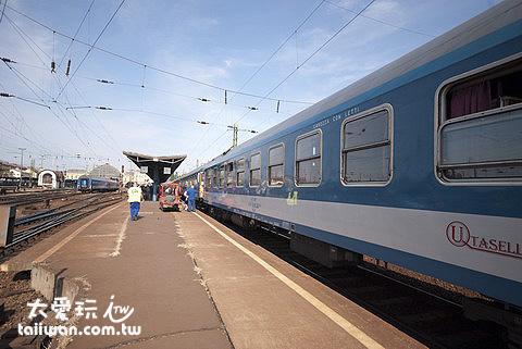 搭火車抵達布達佩斯了!