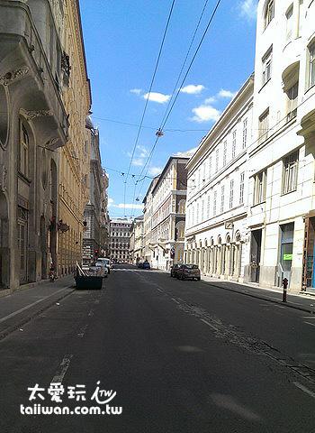 早上11點多走出飯店門口,街上仍然空無一人