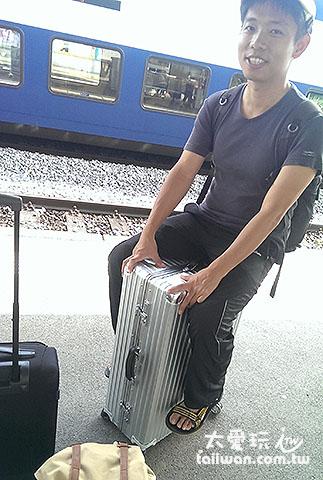騎在行李箱上玩的幼稚鬼