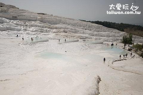 棉堡是因為水溫降低而沉澱變成石灰岩層