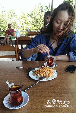 不知道喝個土耳其茶她在高興啥?