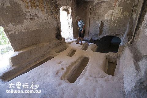 教堂內地板的長條狀凹槽墓穴