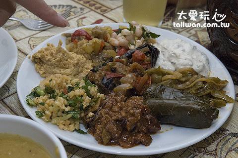 Topdeck Cave Restaurant的傳統土耳其前菜