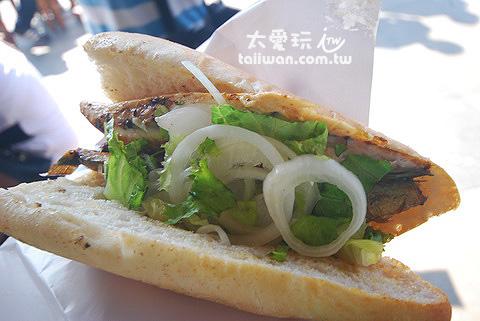 鯖魚加上洋蔥及生菜夾在半切開的法式麵包裡