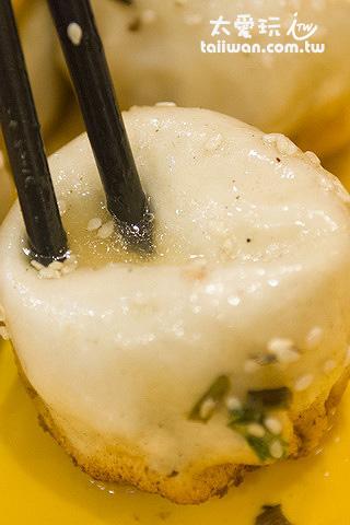 小楊生煎包用筷子搓就有湯汁出來了