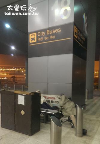 終於找到前往市區巴士的18號柱
