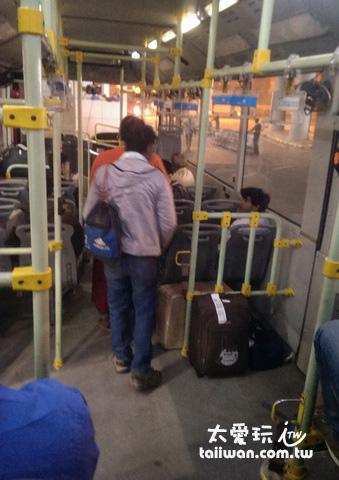 開往新德里火車站的巴士