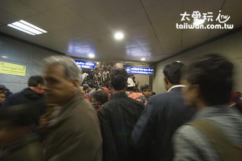 人山人海的地鐵站
