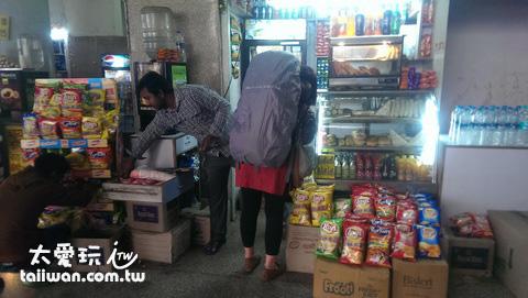 車站小販隨便買個麵包、點心麵跟飲料