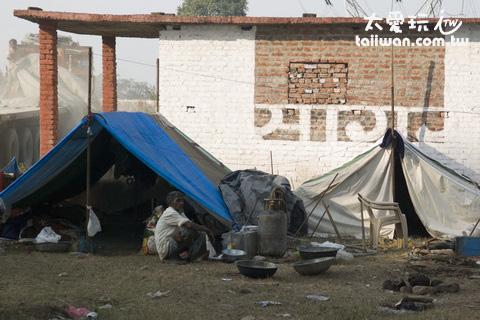 路邊到處看得到帳篷,裡面住的都是窮人