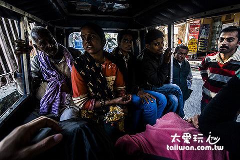 對面的四位乘客與愛敲觀光客的嘟嘟車司機