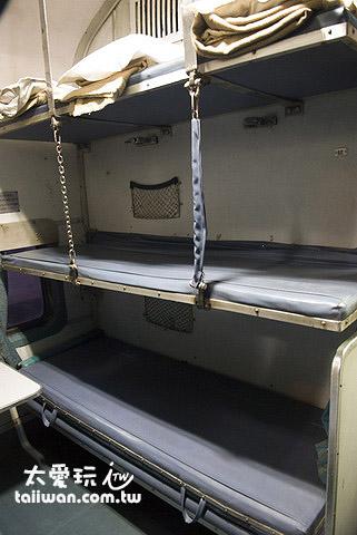 3A空調車廂一個隔間兩邊各有3張上中下塑膠皮臥舖床