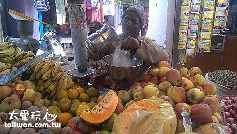 市場上的水果攤,木瓜上的黑點是蒼蠅喔!