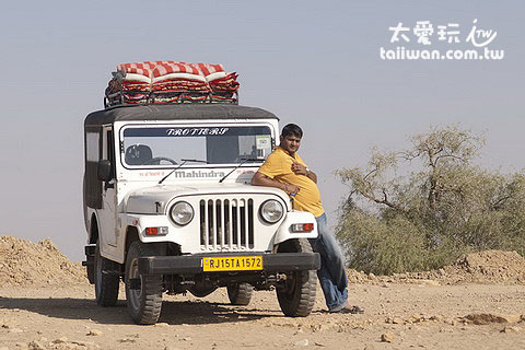 沙漠之旅的吉普車