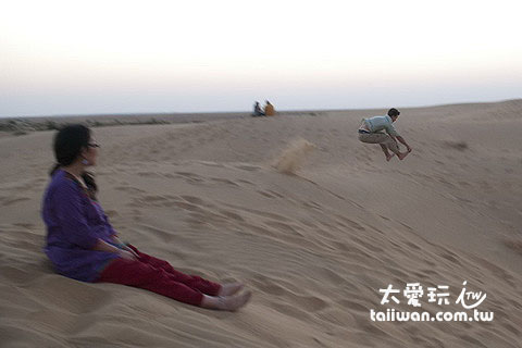 跑跑跑從沙丘頂往下跳