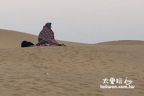 美國人一個人搬去沙上睡