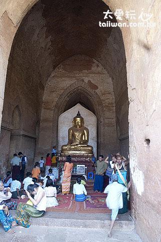 佛塔內的佛像