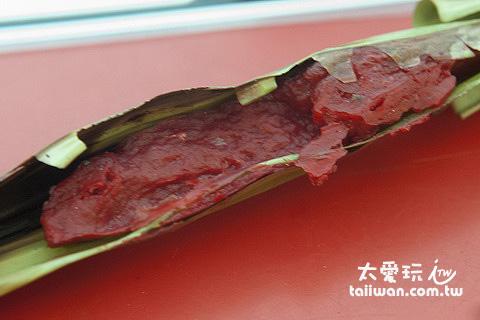 竹葉包著魚漿下去烤